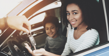 adolescente-con-nuevo-auto