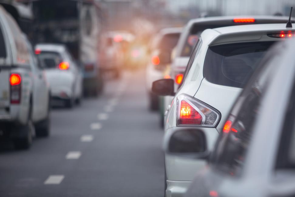vacaciones-tráfico-con-coches-en-carretera